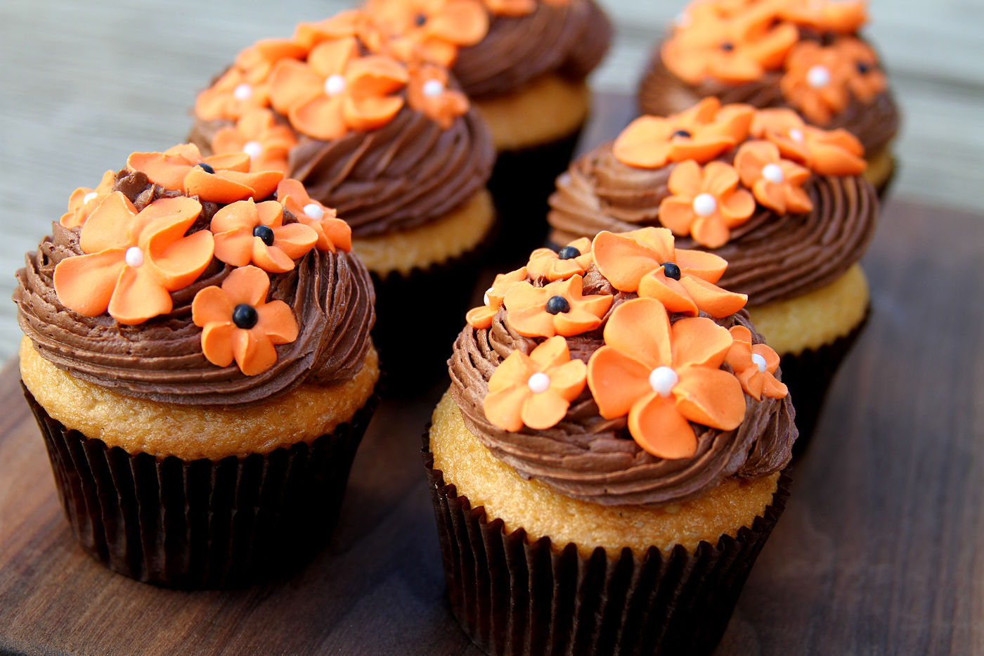 Black and White (and Orange) Cupcakes: Vanilla Bean Cupcakes with ...